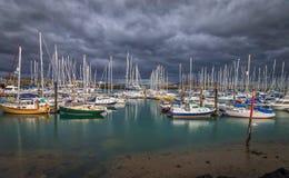 Barche a vela sotto il cielo nuvoloso Fotografie Stock