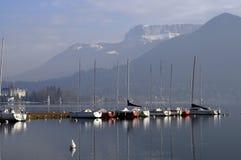 Barche a vela sul lago annecy Immagini Stock Libere da Diritti