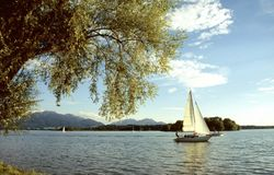 Barche a vela sul lago Chiemsee Immagine Stock