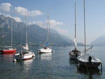 Barche a vela sul lago Como, Italia Immagine Stock