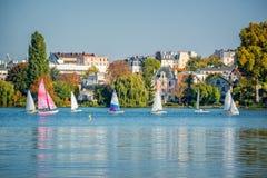 Barche a vela sul lago dei les Bains di Enghien vicino a Parigi Francia Fotografia Stock