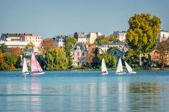 Barche a vela sul lago dei les Bains di Enghien vicino a Parigi Francia Immagine Stock