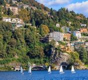 Barche a vela sul lago di Lugano in Svizzera Immagini Stock