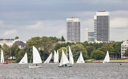 Barche a vela sul lago esterno Alster (Aussenalster) a Amburgo Immagine Stock