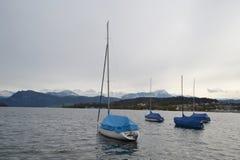 Barche a vela sul lago in Lucerna Fotografie Stock Libere da Diritti