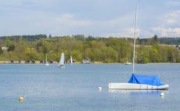 Barche a vela sul lago Starnberger Fotografia Stock