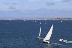 Barche a vela sul mare immagine stock