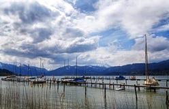 Barche a vela sul molo nel lago di tegernsee, m. innevata Fotografia Stock Libera da Diritti