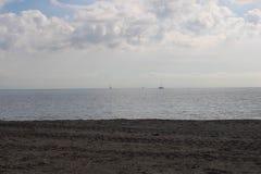 Barche a vela sull'orizzonte immagine stock