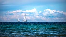 Barche a vela sulla baia Fotografie Stock