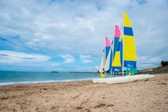 Barche a vela sulla spiaggia immagini stock