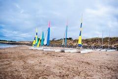 Barche a vela sulla spiaggia immagine stock libera da diritti