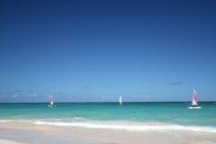Barche a vela in un oceano tropicale Fotografia Stock Libera da Diritti