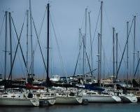 Barche a vela in un porticciolo con una tempesta che arriva a fiumi sul lago Michigan fotografia stock libera da diritti