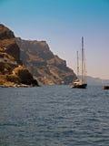 Barche a vela in una baia su Santorini, Grecia Fotografia Stock