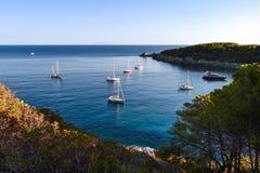 Barche a vela vicino all'isola di Elba, Toscana, Italia fotografia stock