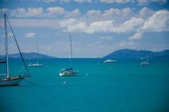 Barche a vela vicino alla spiaggia di Airlie Fotografia Stock Libera da Diritti