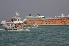 Barche vicino al porto di Venezia, Italia Fotografie Stock