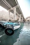 Barche in Wadi Shab nell'Oman, Medio Oriente, agosto 2018 immagine stock libera da diritti