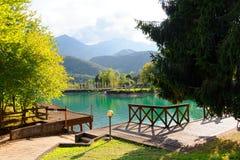 Barcis, Pordenone, Italië een mooi bergdorp op Meer Barcis stock afbeeldingen