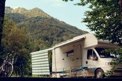 Barcis, Pordenone, Italië een schilderachtig plaats het kamperen toeristenparkeren door auto's en fietsen stock foto's
