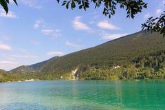 Barcis Pordenone, Italien en härlig bergby på sjön Barcis arkivfoto