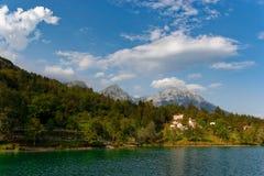 Barcis Pordenone, Italien en härlig bergby på sjön Barcis royaltyfri bild