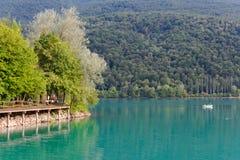 Barcis Pordenone, Italien en härlig bergby på sjön Barcis royaltyfri foto