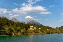 Barcis Pordenone, Italien ett pittoreskt ställe vid sjön fotografering för bildbyråer