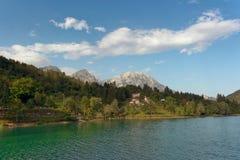 Barcis Pordenone, Italien ett pittoreskt ställe vid sjön arkivbild