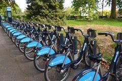 Barclays cyklar anslutningsstationen Arkivfoton