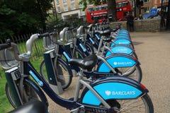 Barclays cyklar, gator i London Arkivfoton