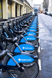 Barclays cyklar i London Arkivfoto