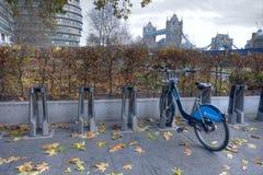 Barclays dá um ciclo o aluguer em Londres imagem de stock