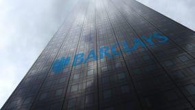 Barclays-embleem op een wolkenkrabbervoorgevel die op wolken wijzen Het redactie 3D teruggeven Royalty-vrije Stock Fotografie