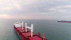 Barco aéreo del petrolero de la cantidad que ancla en el puerto de Lisboa almacen de video
