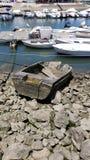 Barco abandonado analizado viejo en el puerto deportivo de Faro, Algarve, Portugal Foto de archivo libre de regalías