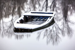 Barco abandonado congelado en un lago Foto de archivo libre de regalías