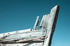 Barco abandonado de la ostra en la playa fotos de archivo