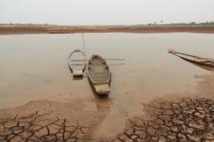 Barco abandonado de madeira velho na terra devido ao rio Imagens de Stock