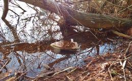 Barco abandonado del juguete - Reino Unido foto de archivo libre de regalías