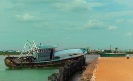 Barco abandonado do pescador em um porto pequeno indiano imagens de stock royalty free