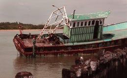 Barco abandonado do pescador em um porto pequeno indiano fotografia de stock royalty free