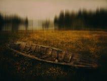 Barco abandonado en campo Fotos de archivo