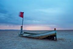 Barco abandonado en el desierto en el amanecer Imagen de archivo libre de regalías