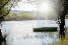 Barco abandonado en el pantano Fotos de archivo libres de regalías