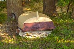 Barco abandonado en la hierba en otoño Fotos de archivo