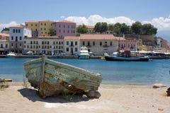 Barco abandonado en la orilla. Grecia Foto de archivo