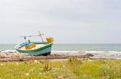 Barco abandonado en la playa Fotos de archivo libres de regalías