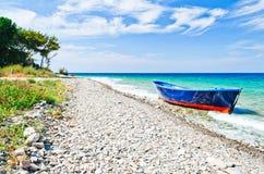 Barco abandonado en la playa Platanaki Imagen de archivo libre de regalías